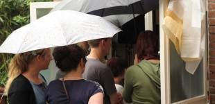 Publiek in de regen.